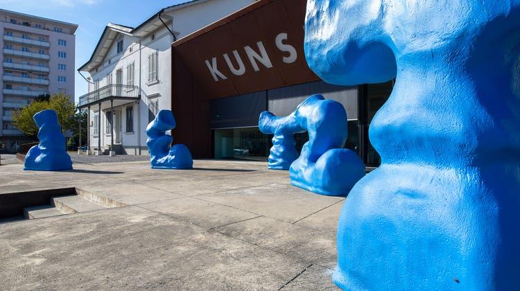 Kunstwerk mit fünf blauen Kunststoff-Figuren findet an Bahnhofstrasse neues Zuhause