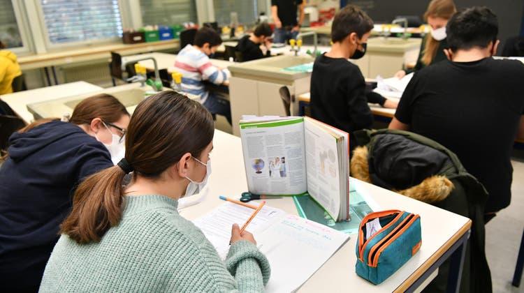 Komplexe Vorgaben: Seit einem Jahr müssen auch im KlassenzimmerSchutzmassnahmen ein gehalten werden. (Patrick Lüthy)