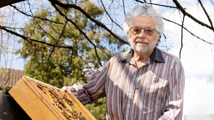 Ueli Frey war der letzte private Bestattungshelfer der Gemeinde Hägglingen. Heute kümmert sich der Pensionär in seiner Freizeit fürsorglich um vier Bienenstöcke und ein Bienenhaus. (Britta Gut)