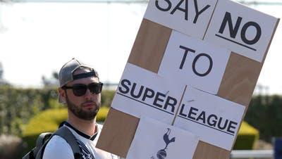 Ein Tottenham-Fan protestiert gegen die geplante europäische Super League. (Keystone)