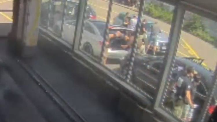 Die Überwachungskamera der Waschanlage bei der Tankstelle in Hunzenschwil zeigt den Zugriff der Polizei - die beiden festgenommenen jungen Männer sassen im silbrigen Mercedes mit offenem Kofferraum. (Screenshot)