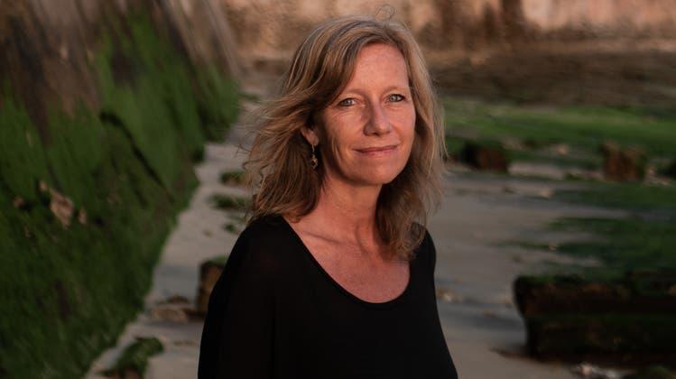 Krimiautorin Christine Brand in ihrer Wahlheimat Sansibar. (Bild: Lauren Rattray / PD)