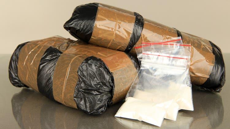 Bei einer Zugkontrolle haben Behörden im Tessin zwei ausländische Drogenkuriere mit 3 Kilogramm Heroin geschnappt. (Symbolbild) (HO)