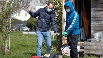 Sackgeldjobs Thal ist ein Angebot des Naturparks Thal und der Jugendarbeit Thal. Nino Joller und der Jugendliche Attila Fülöp bei einem Einsatz in Balsthal. (Patrick Lüthy)