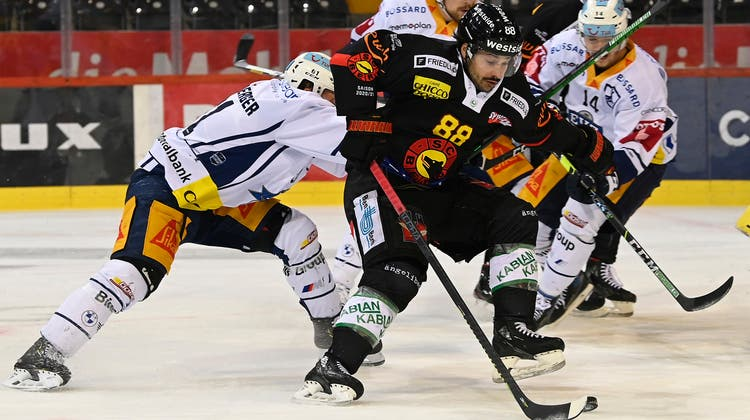 19.04.2021; Bern; Eishockey National League Playoff 1/4 Final - SC Bern - EV Zug; Sven Leuenberger (Zug) gegen Inti Pestoni (Bern) (Urs Lindt/freshfocus) (Urs Lindt / freshfocus)