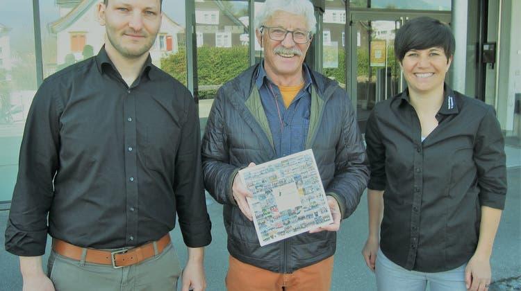 Chronikautor Hans Sollberger, flankiert von Maria Infanger-Sutter und Martin Geisser. (Bild: hü)