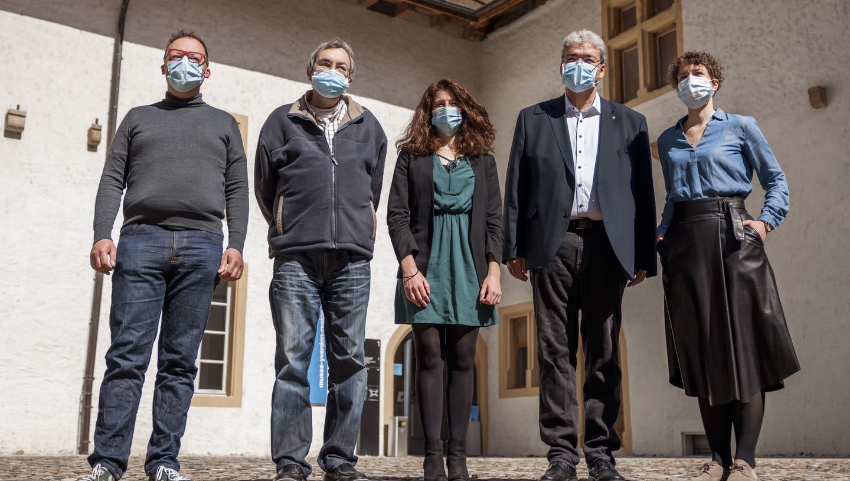 Die fünf rot-grünen Mitglieder der Stadtregierung Yverdons: Ganz rechts die künftigen «cosyndics» Carmen Tanner und Pierre Dessemontet (Valentin Flauraud / KEYSTONE)