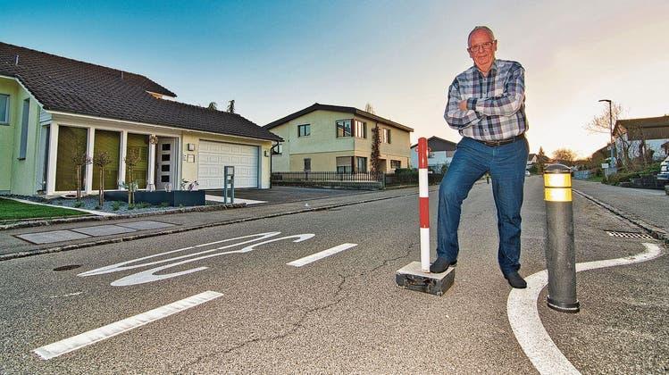 Bis zu dieser Markierung soll der eine Unterflurcontainer auf die Strasse hinausragen. Theo Grob ist fest entschlossen, den Container direkt vor seinem Haus (links im Bild) nicht einfach so hinzunehmen. «Es gibt viel bessere Standorte», sagt Grob. (Bild: Manuel Nagel)