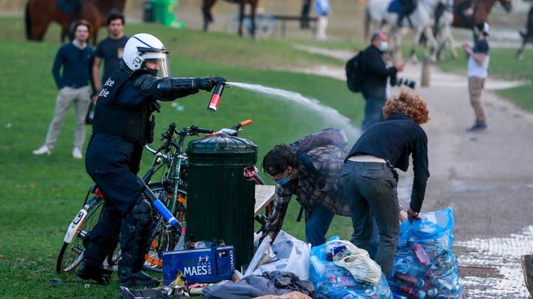 Bei der Räumung eines Brüsseler Parks kamen auch Reiterstaffeln zum Einsatz. (Keystone)