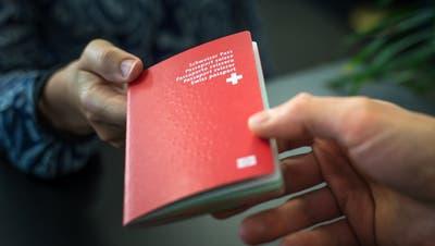 Wer sich heute einbürgern lassen will, bezahlt Gebühren an die Gemeinde, den Kanton und den Bund. (Bild: Michel Canonica)