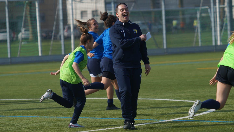 Gute Stimmung inklusive: Schlierens neuer Trainer Alessandro Vicedomini lässt seine Spielerinnen rennen (Ruedi Burkartt)