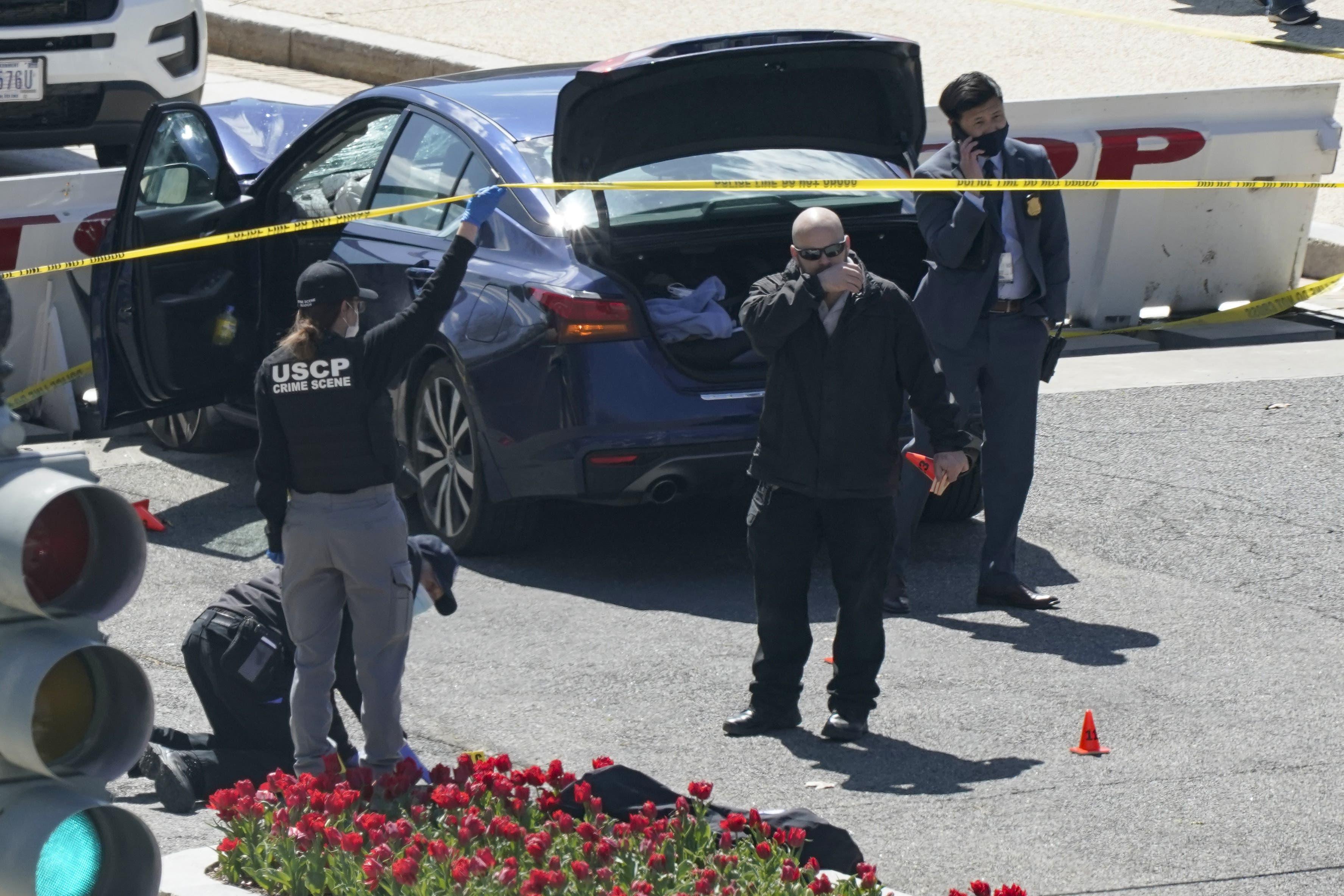 Eine Person soll nach der Kollision aus dem Fahrzeug ausgestiegen sein und ging mit einem Messer auf die Beamten los. Daraufhin sei von der Polizei geschossen worden.