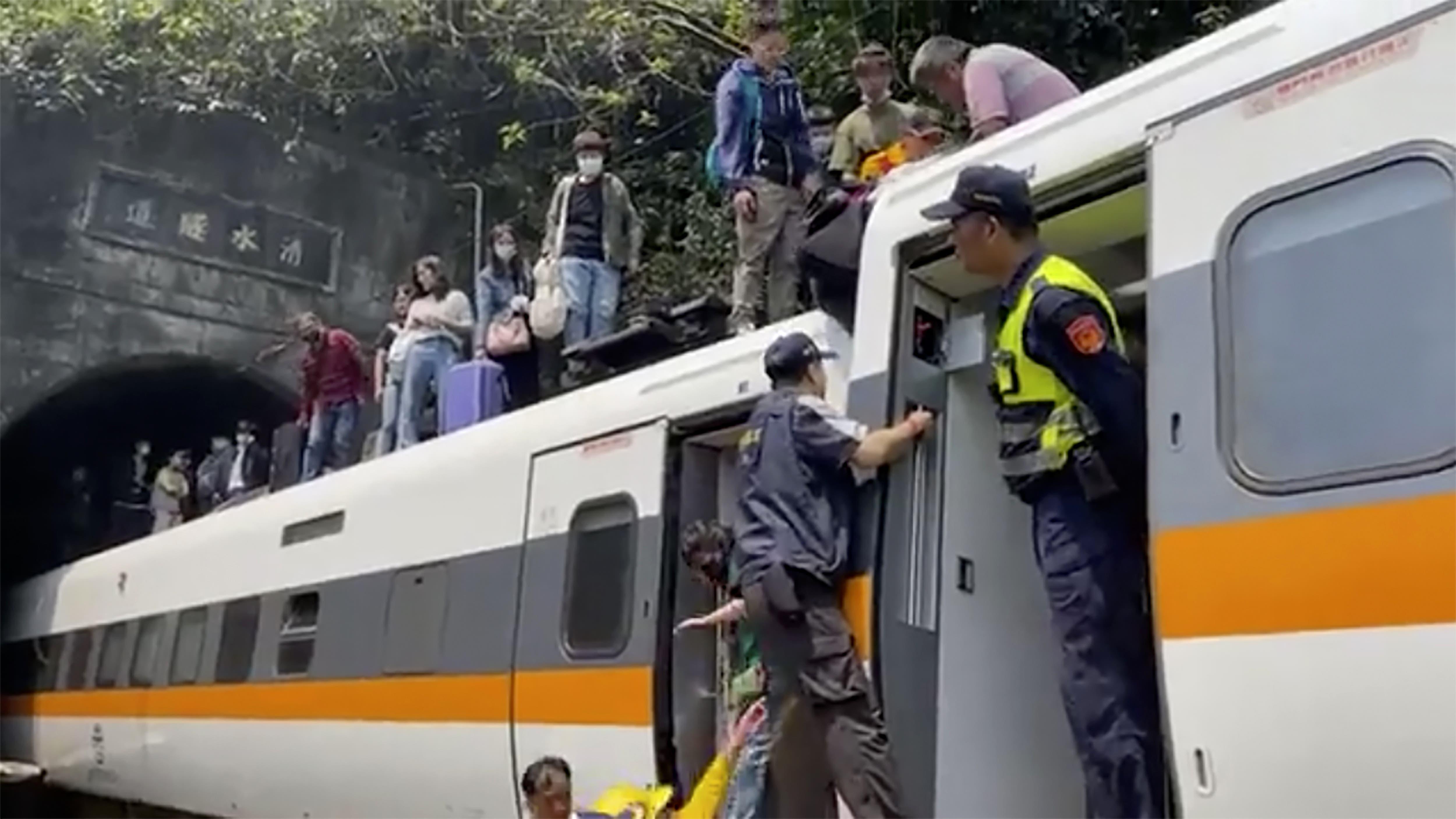 Ein Zug war bei der Fahrt durch den Tunnel entgleist.