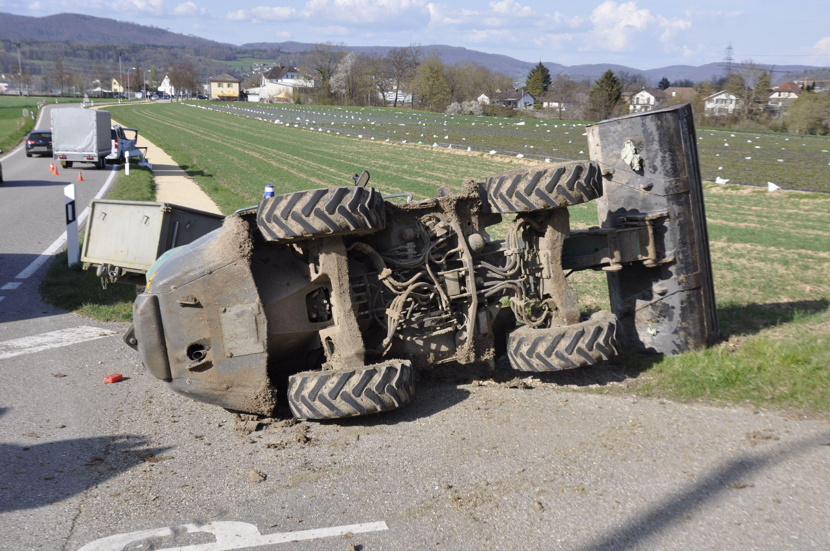 Das landwirtschaftliche Fahrzeug kollidierte mit einem anderen Auto und kippte um.