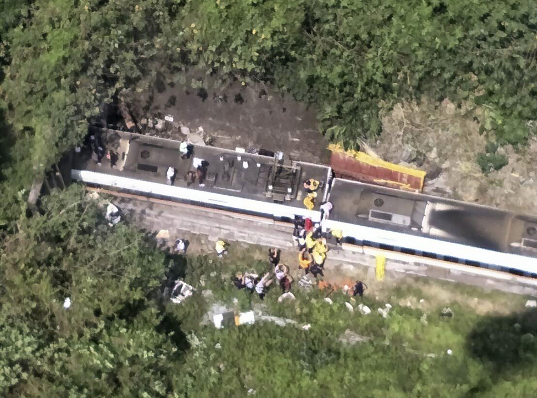 Offenbar war der Zug mit einem Baustellenfahrzeug zusammengeprallt.