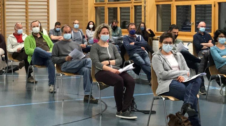Mit Maske und Abstand in der Mehrzweckhalle: die Homburger   Primarschulgemeindeversammlung. ((Bild:Margrith Pfister-Kübler))