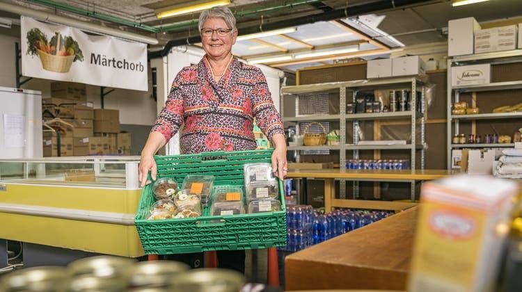 Volle Einkaufskörbe für nur zwei Franken: Rita Indermühle im Laden in Bad Zurzach mit Lebensmitteln, die ansonsten entsorgt würden. (Chris Iseli)