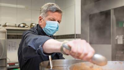Der Chef ist wieder am Werk: Bruno Lustenberger kocht im Hotel Krone. (Britta Gut)
