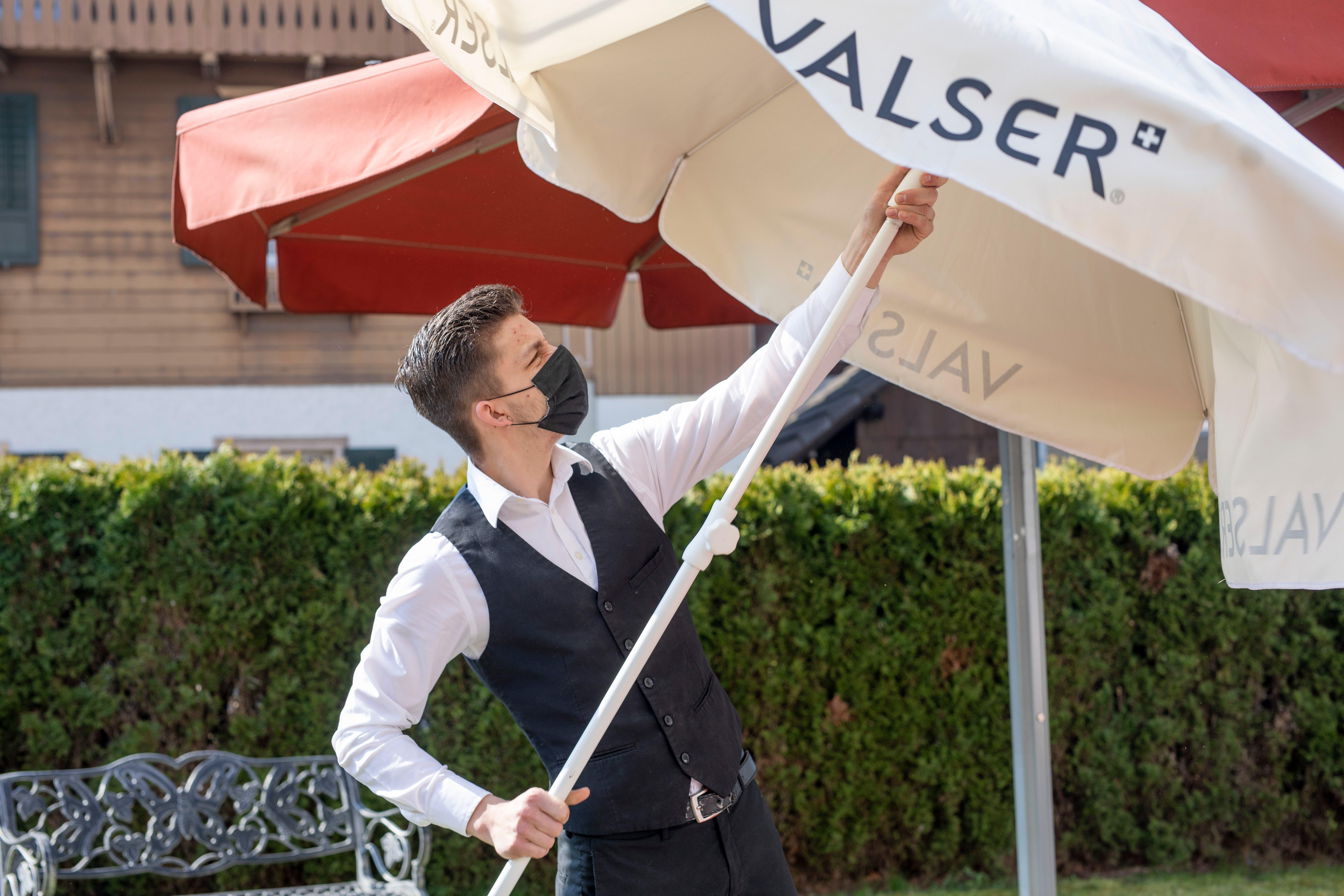 Auch das Hotel Krone in Aarburg öffnete seine Terrasse – zuerst mussten aber noch die Sonnenschirme aufgestellt...