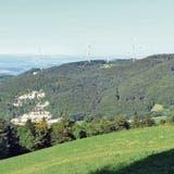 Die Visualisierung – hier der Blick über das Gebiet ins Fricktal im Hintergrund – zeigt, wie die fünf Windenergieanlagen dereinst aussehen könnten. (Visualisierung:CSD Ingenieure Aarau)