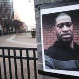 Ein Bild von George Floyd ist an einem Pfeiler angebracht.Hauptangeklagter im Prozess um den getöteten Afroamerikaners ist der Ex-Polizist Derek Chauvin. (Foto: Keystone)