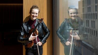 Die holländische Geigerin Noa Wildschut im Orchesterhaus des Luzerner Sinfonieorchesters beim Südpol, wo sie Solistin im Livestream-Konzert ist. (Patrick Hürlimann)