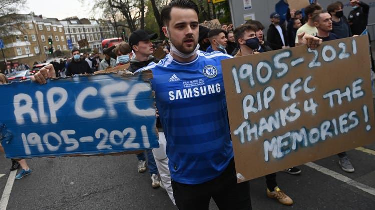 Chelsea-Fans protestieren vor dem Premier-League-Spiel gegen Brighton gegen die Super League – offenbar mit Erfolg. (Keystone)