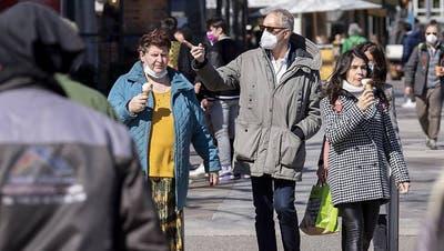 Bundesrat Alain Berset spricht neben Bundespraesident Guy Parmelin, waehrend einer Medienkonferenz des Bundesrates zur aktuellen Lage im Zusammenhang mit dem Coronavirus, am Mittwoch, 24. Februar 2021, in Bern. (KEYSTONE/Peter Klaunzer) (Peter Klaunzer / KEYSTONE)