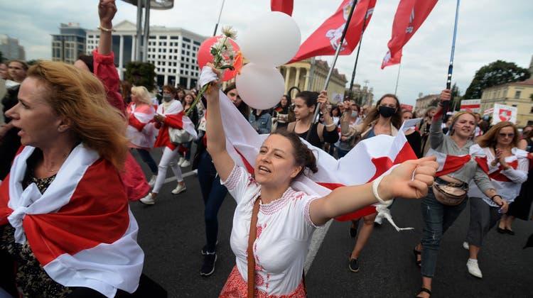 An der grossen Frauendemonstration im vergangenen Jahr wurde auch eine St. Gallerin verhaftet. Nun hat Bundesrat Cassis mit seinem Weissrussischen Amtskollegen über sie gesprochen. (Symbolbild) (Keystone)