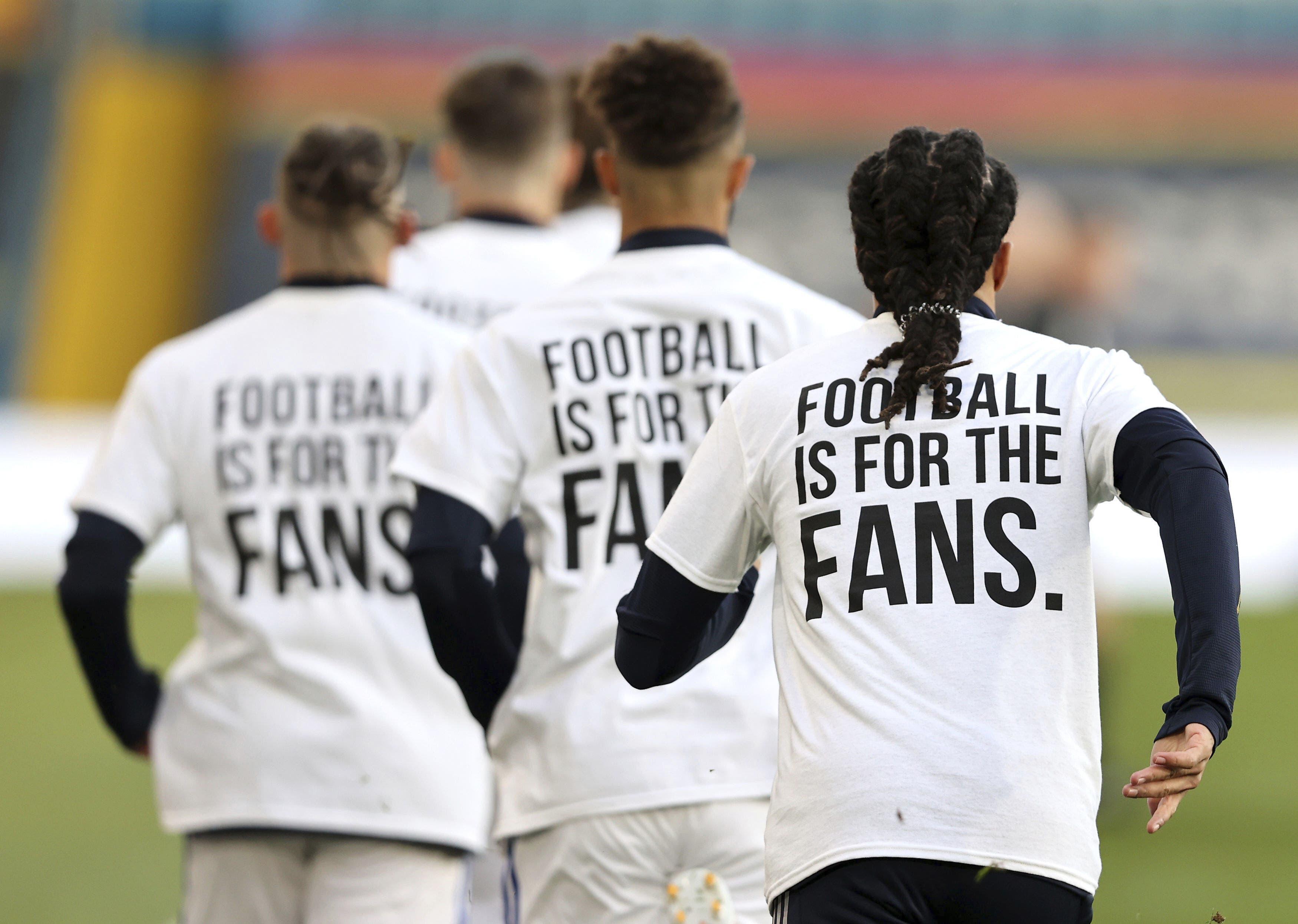 """Beim Warmlaufen trugen die Leeds-Spieler Shirts, auf denen auf dem Rücken die Aufschrift """"Fussball ist für die Fans"""" gedruckt ist."""