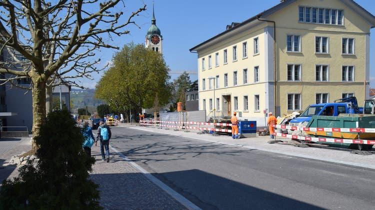 In Seengen an der Schulstrasse wird seit Juni 2020 gebaut. Die Bauarbeiten sollen bis Ende August 2021 dauern. (Toni Widmer  / Aargauer Zeitung)
