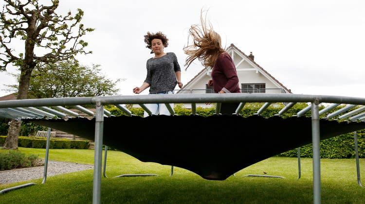 Wer beim Trampolin im Garten ein paar einfache Regeln beachtet, beugt Verletzungen vor. (Symbolbild) (Keystone)
