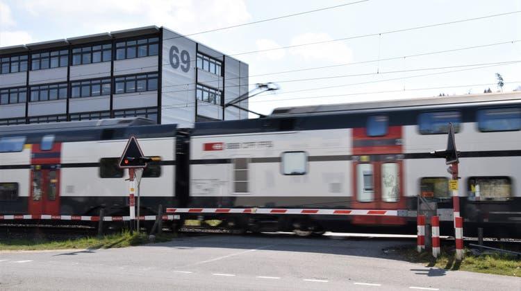Am Bahnübergang an der Aarauerstrasse 69 ist ein Zwischenfall glimpflich ausgegangen diese Woche. (Bild: mhu (20. April 2021))