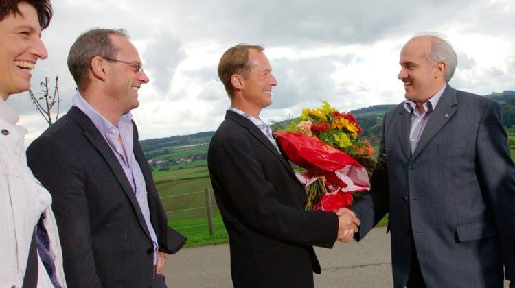 Am Wahltag im September 2010: Die Gemeinderatsmitglieder und Gemeindepräsident Ruedi Zbinden gratulieren Leo Steinbacher zur Wahl. (Bild: Stefan Schaufelberger)