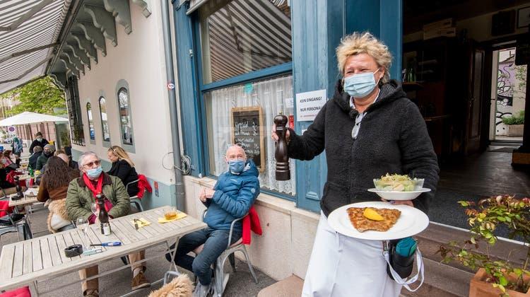 Beim «Schiefen Eck» am Claraplatz stossen die Gäste noch vor dem Mittag mit Bier, Cüpli und Co. an. (Nicole Nars-Zimmer)