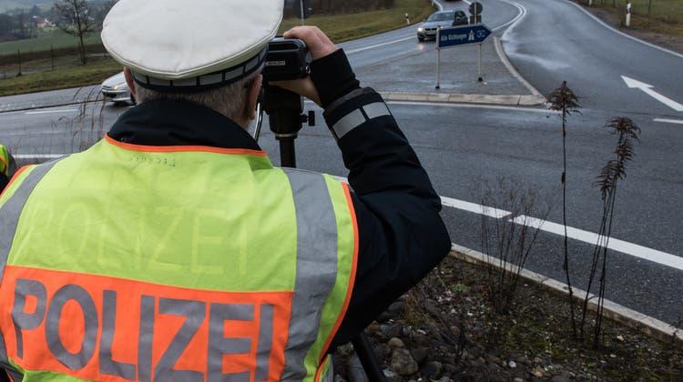 Die Kantonspolizei hat mit einem Lasermessgerät Geschwindigkeitskontrollen in Neftenbach durchgeführt. (Symbolbild: Patrick Seeger/dpa)