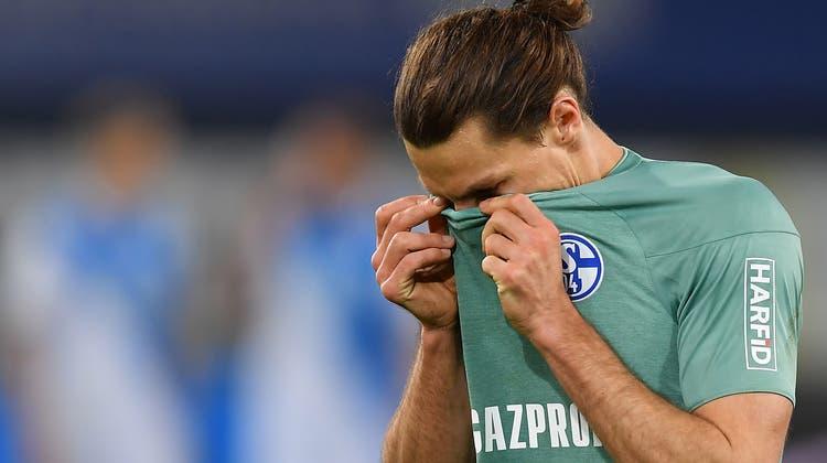 Riesige Enttäuschung: Benjamin Stambouliversteckt sein Gesicht nach dem Schlusspfiff als der vierte Schalker Abstieg feststeht. (Keystone)
