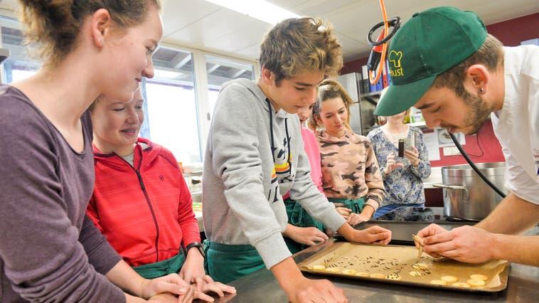 Mit dem neuen Angebot «Berufsorientierung Toggenburg» haben Jugendliche die Möglichkeit, in den Betrieben verschiedene Berufsfelder kennen zu lernen. (Bild: Donato Caspari (12. November 2019))