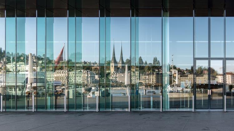 Spiegelblick vom KKL auf die Stadt Luzern: Wer hier eine Firma gründet, profitiert von schnelleren Abläufen dank der Digitalisierung. (Bild: Pius Amrein (28. September 2020))