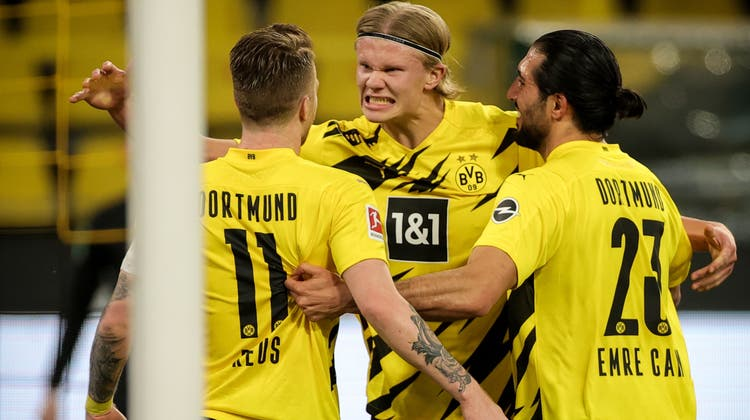 Erling Haaland (Mitte) verschoss den Penalty, Marco Reus traf im Nachschuss zum 1:0. (Friedemann Vogel / Pool / EPA)