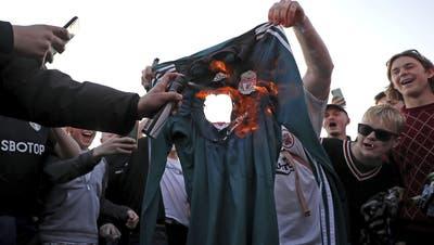 Fans verbrennen aus Protest gegen die Super League ein T-Shirt des Liverpool FC. (KEYSTONE)