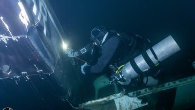Das Flugzeugwrack ist noch gut intakt, wie die beiden Taucher herausgefunden haben. Hier erkundet Martin Wassmer das Innere des Wracks. (Bild: zVg)