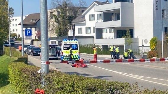 Die Bünzstrasse ist nach dem Unfall abgesperrt. (Marc Ribolla)