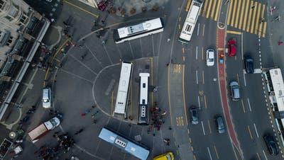 Drohnenansicht auf den Schwanenplatz mit Touristencars (Bild: Boris Bürgisser (Luzern, 27. März 2019)