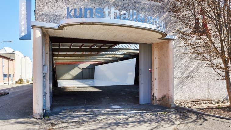 Reto Boller hat eine weisse Bühne in die Kunsthalle Arbon eingebaut. Hinter den Kulissen ist es aber alles andere als leer. (Bild: Erwin Auf Der Maur)