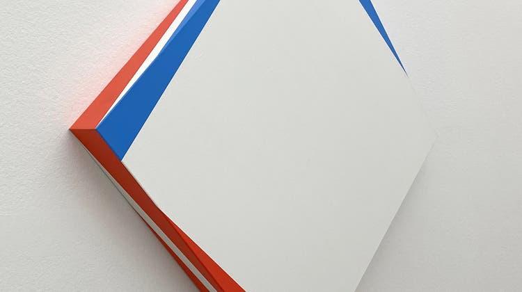 Blau-rot-weisses dreidimensionales Gemälde, dessen raffiniertes geometrisches Spiel man nur von allen Seiten – und nie aufs Mal – sieht und begreift. «Nr. 373» von Nelly Rudin ist aktuell in der Schau «Reset» im Haus Konstruktiv in Zürich zu sehen. (Sabine Altorfer / Aargauer Zeitung)
