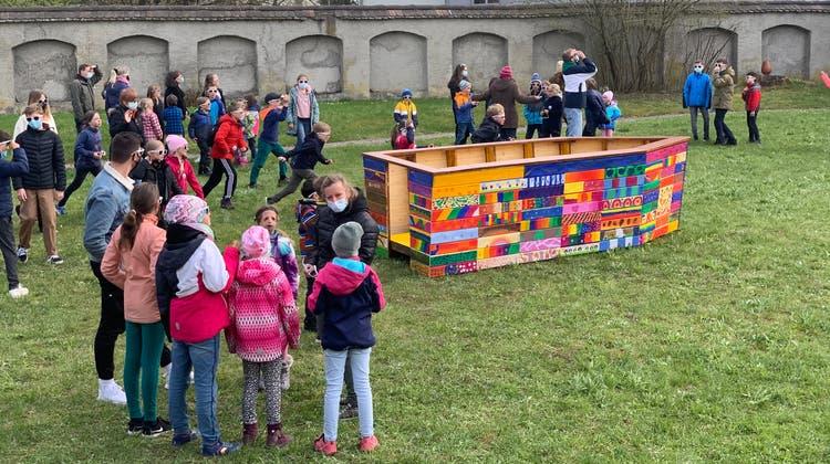 Die Kinder und Jugendlichen mit der kunterbunten Arche Noah im Garten des Pfarreizentrums Klösterli. (Bild: PD)