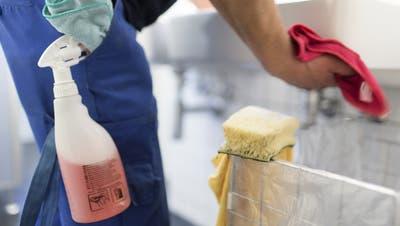 Gerade in Tieflohnsektoren wie der Reinigungsbranche könnten Angestellte von Mindestlöhnen profitieren. (Gaetan Bally/Keystone)