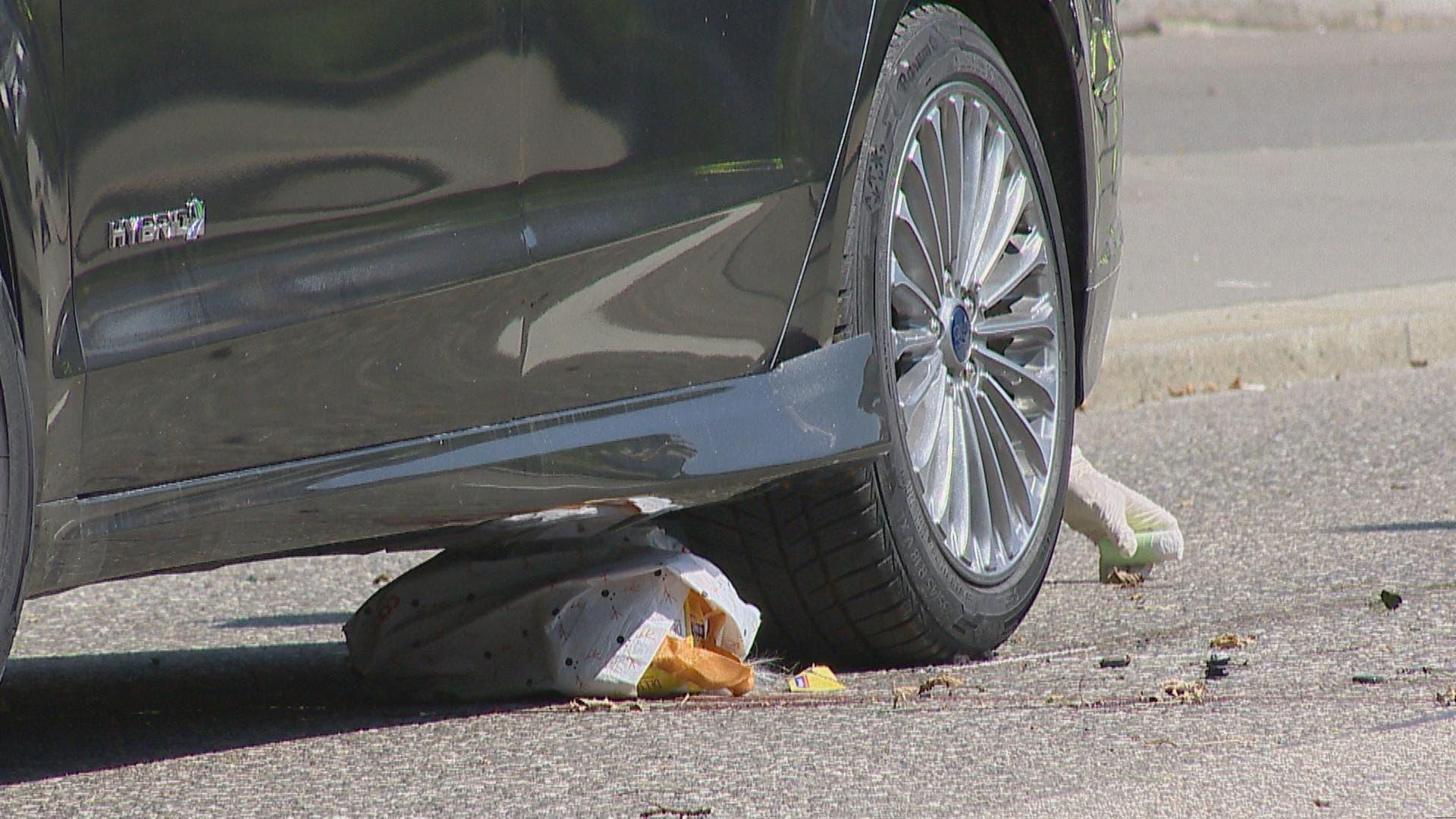 Die Frau wurde vom Fahrzeug noch mehrere Meter mitgeschleift.