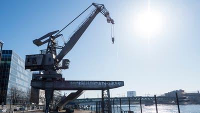 Wenn die Pläne aufgehen, können die Gäste des Hafenkrans im Sommer auf der Plattform ihre Drinks geniessen. (Bild: Kenneth Nars)